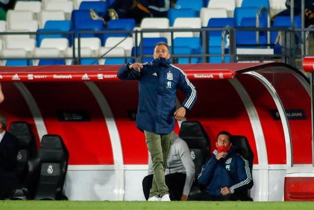 Luis Enrique da instrucciones durante el España-Suiza de la Liga de Naciones 2020