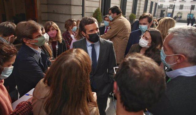 El líder del PP, Pablo Casado, conversa con periodistas en el Congreso de los Diputados tras la segunda jornada del debate de los Presupuestos Generales para 2021, en Madrid (España), a 12 de noviembre de 2020.