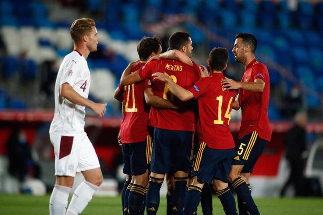 Los jugadores de la selección española celebran el gol de Mikel Oyarzabal ante Suiza en el Estadio Alfredo Di Stéfano de Madrid