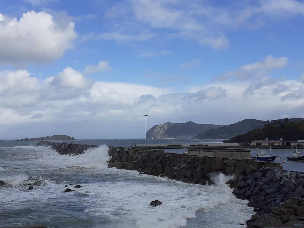 Euskadi activa este sábado el aviso amarillo en la costa por olas de hasta 3 metros