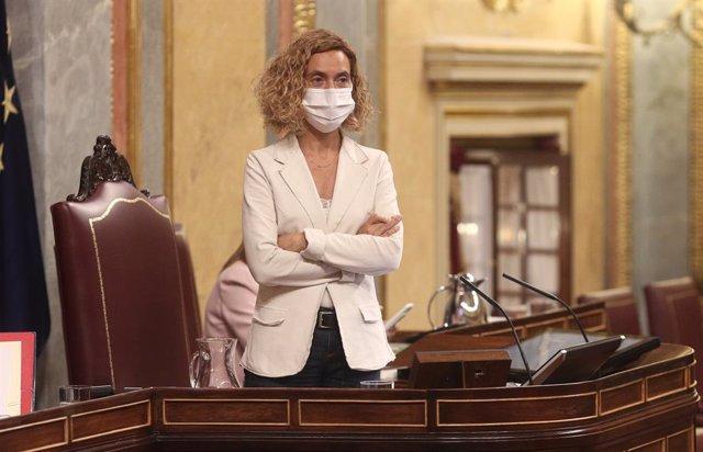La presidenta del Congrés dels Diputats, Meritxell Batet, es posa en peus al Congrés dels Diputats durant la segona jornada del debat dels Pressupostos Generals per 2021, a Madrid (Espanya), a 12 de novembre de 2020.