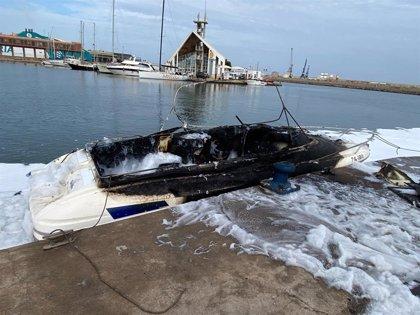 Herido en Melilla el piloto de una embarcación al explotar accidentalmente tras repostar combustible