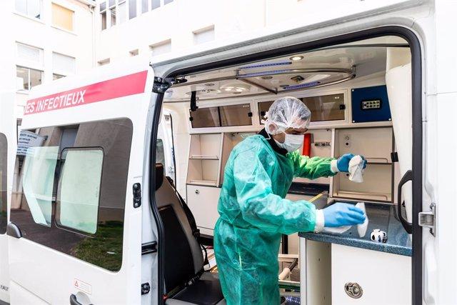 Un trabajador sanitario en Francia durante la pandemia de coronavirus
