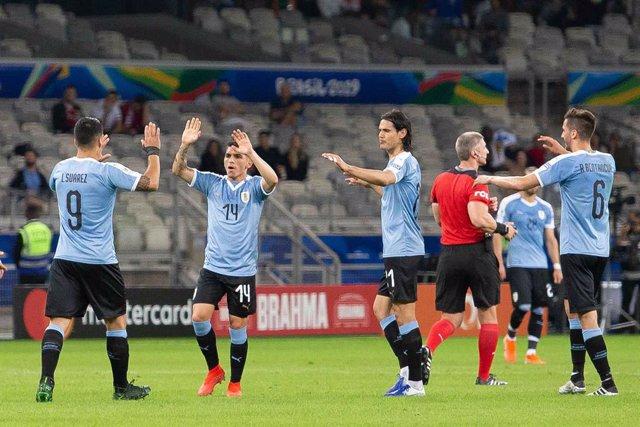 Luis Suárez celebra un gol con sus compañeros en el Uruguay-Ecuador de la Copa América