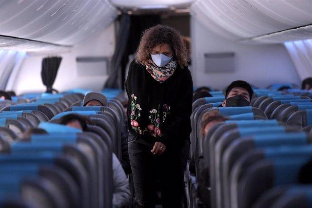 Pasajera en un vuelo.