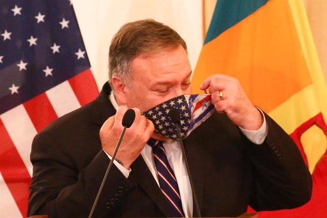 28 October 2020, Sri Lanka, Colombo: US Secretary of State Mike Pompeo adjusts his facemask during a press conference with Sri Lankan Foreign Minister Dinesh Gunawardena (Not Pictured) following their meeting at the Ministry of Foreign Relations. Photo: P