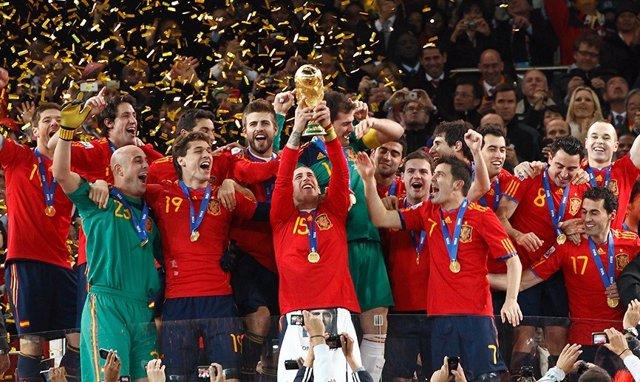 La selección española de fútbol con su título de campeona del mundo