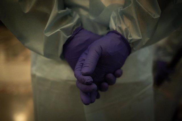 Guants d'una treballadora d'un hospital per fer tests d'antígens.
