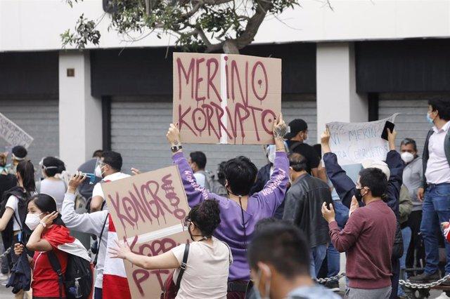 Protestas en Lima por la decisión del Congreso de Perú de destituir al presidente Martín Vizcarra por corrupción.