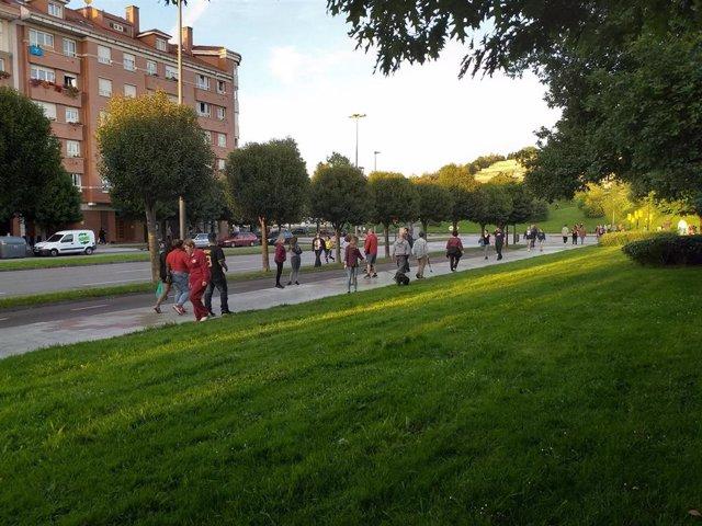 Gente paseando y haciendo deporte por el entorno del parque de los Pericones