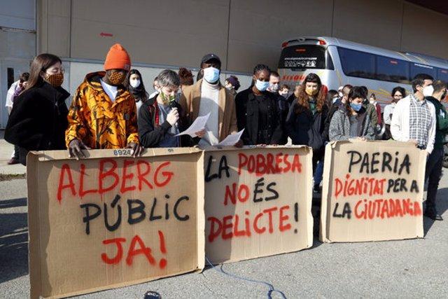 Pla obert d'alguns dels concentrats amb pancartes fetes amb cartrons, davant el pavelló 4 de Fira de Lleida. Imatge del 14 de novembre de 2020. (Horitzontal)
