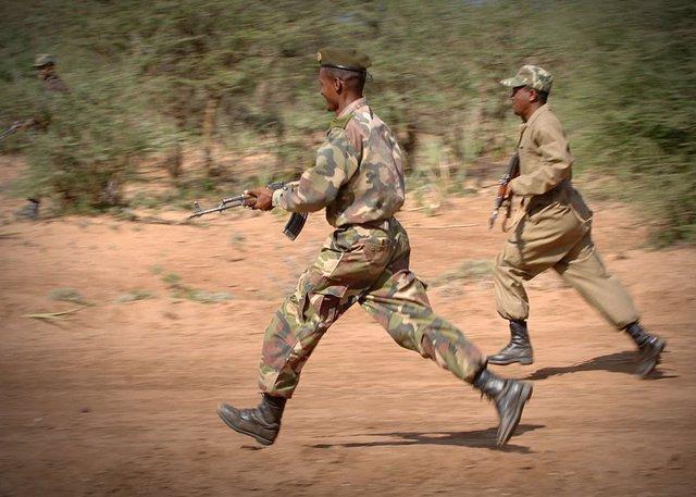 Militares etíopes realizan maniobras de combate