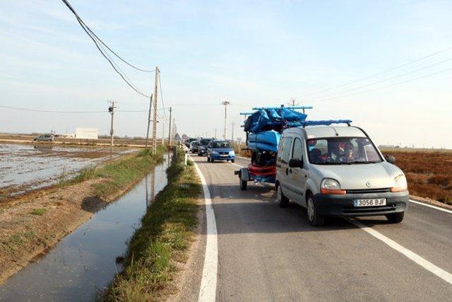 Pla general dels vehicles que han fet una marxa lenta per denunciar la precarietat i la perillositat de la carretera entre Poble Nou del Delta i Sant Carles de la Ràpita. Imatge del 14 de novembre del 2020 (Horitzontal).