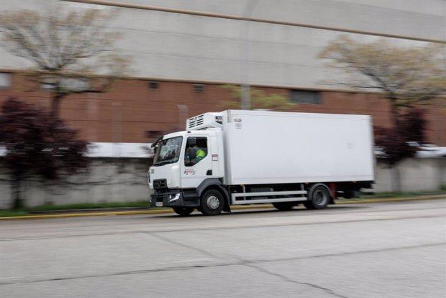 Un camió circula per la carretera.