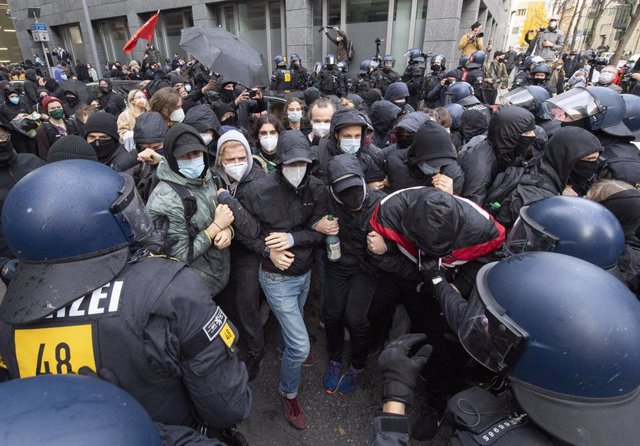 "14 November 2020, Hessen, Frankfurt_Main: Policemen surround the opponents of the ""lateral thinking"" demonstration under the motto ""No lockdown for Campbelltown!, in the city centre. Photo: Boris Roessler/dpa"