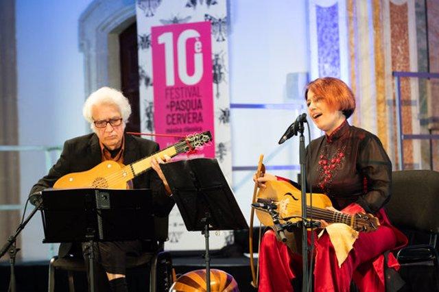 Pla mig de Maria Altadill i Felipe Sánchez durant el concert d''El manuscrit de Cervera' que ha inaugurat la desena edició del Festival de Pasqua. Imatge del 14 de novembre de 2020. (Horitzontal)