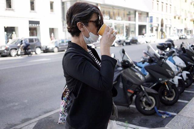 Una mujer con mascarilla en Milán, Italia