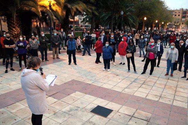 Pla general de la presidenta de l'Associació de veïns del barri de Bonavista d'esquenes, Loli Gutiérrez, llegint el manifest i dels concentrats en la protesta per reclamar més seguretat al veïnat. Imatge del 14 de novembre del 2020 (Horitzontal).