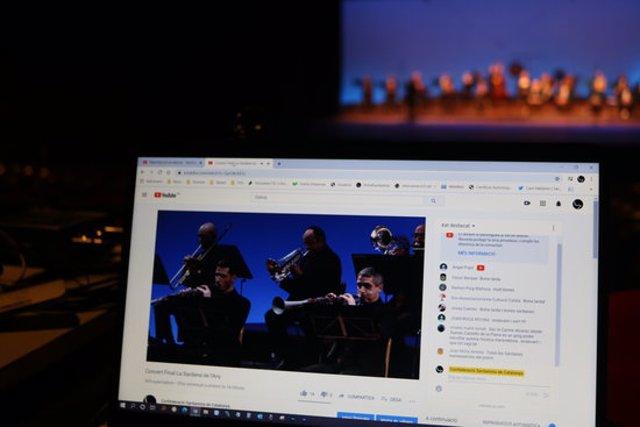 Pla general de l'emissió de la gala de La Sardana de l'Any per streaming a causa de la pandèmia de la covid-19. Imatge cedida el 14 de novembre del 2020 (Horitzontal)