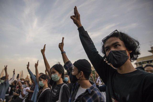 Manifestantes pro democracia realizan el saludo con tres dedos que revindica la libertad en Tailandia