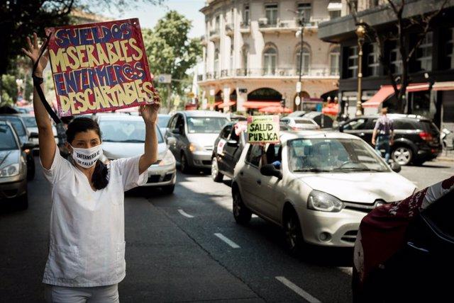 Trabajadores sanitarios  protestan en Buenos Aires.