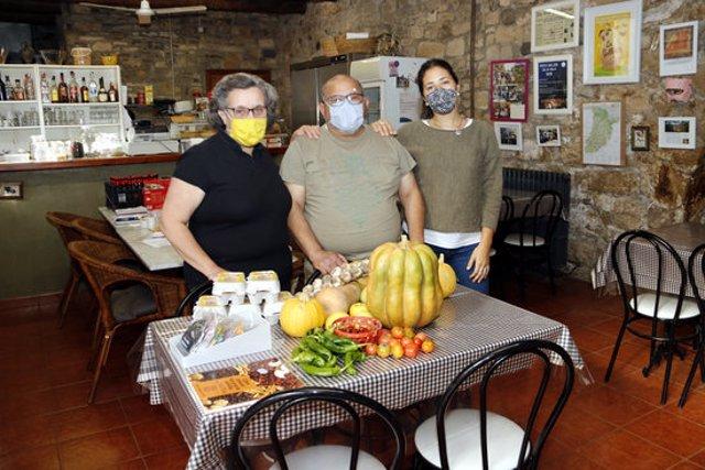 Pla mitjà on es poden veure els responsables del Rocallaura Cafè, amb alguns dels productes locals que fan servir per fer menjars, tancats per les restriccions contra la covid-19, el 13 de novembre de 2020. (Horitzontal)