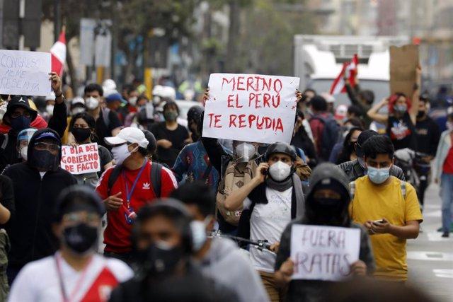 Manifestación en Lima contra la investidura de Manuel Merino como nuevo presidente de Perú tras la destitución del anterior mandatario, Martín Vizcarra, llevada a cabo por el Congreso del país.