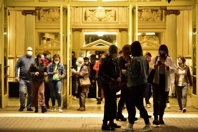 Cinemes i teatres de Barcelona just abans d'entrar en vigor el toc de queda a Catalunya, a 25 d'octubre de 2020.