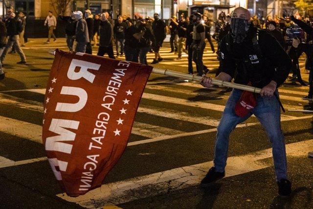 Partidario de Trump durante los choques con una contramanifestación en Washington