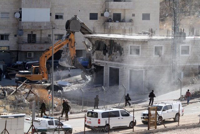 22 July 2019, Palestinian Territories, Sur Baher: Israeli military machinery demolishes a Palestinian building in East Jerusalem. An Israeli high court ruling in June 2019 dismissed a petition by Palestinian residents requesting the cancellation of a mili