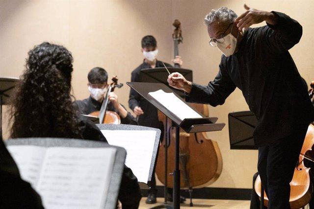 L'Institut Municipal d'Educació de Barcelona (Imeb) i la Fundació Pau Casals han signat un conveni de col·laboració per difondre el llegat del músic i compositor.