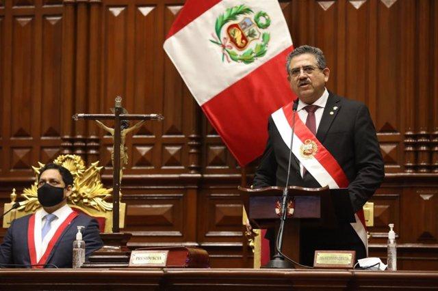 Manuel Merino toma posesión como presidente de Perú