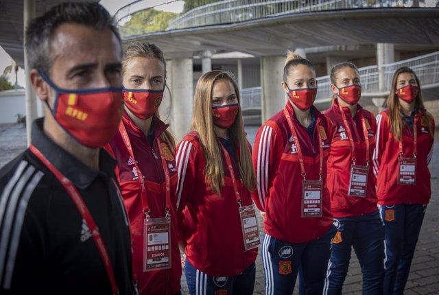Varias de las jugadoras de la selección femenina de Fútbol junto al su entrenador (i) acuden a la Nao Victoria para promocionar el partido que disputará el próximo viernes el equipo nacional contra la República Checa en el Estadio de La Cartuja. En Sevill