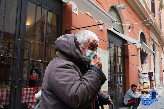 Hombre con mascarilla por coronavirus en Italia