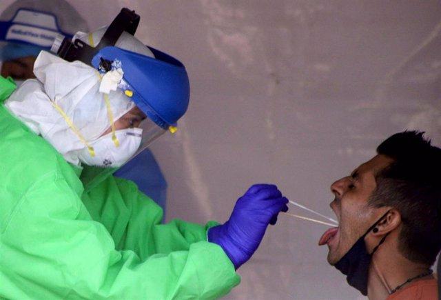Una personas se somete a la prueba de coronavirus en Ciudad de México.