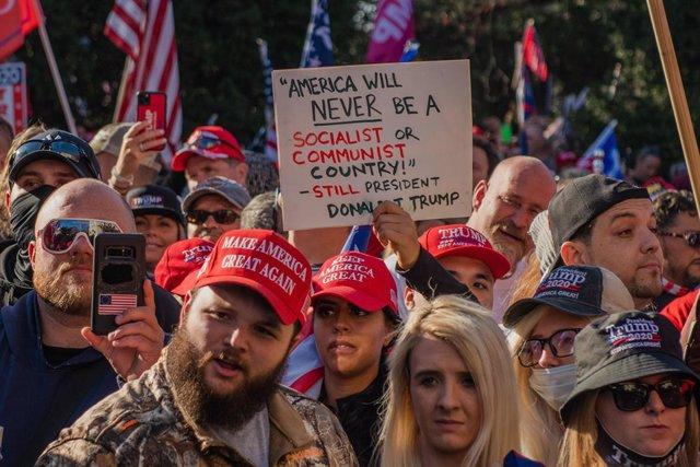 Partidarios del presidente de EEUU, Donald Trump, protestando a las puertas del Tribunal Supremo por el resultado de las presidenciales del 3 de noviembre.