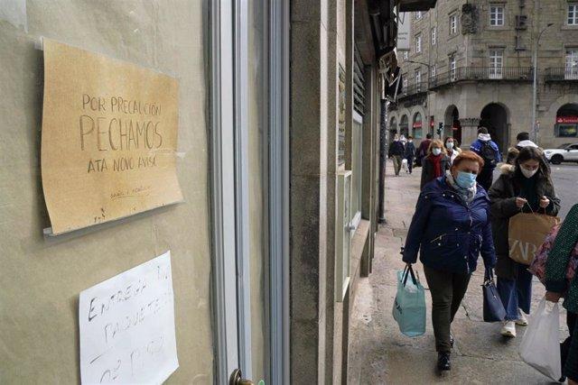 Cartel en el que se lee 'Por precaución pechamos ata novo aviso' en la puerta de la Cafetería El Muelle, en Santiago de Compostela, A Coruña (Galicia), a 22 de octubre de 2020.