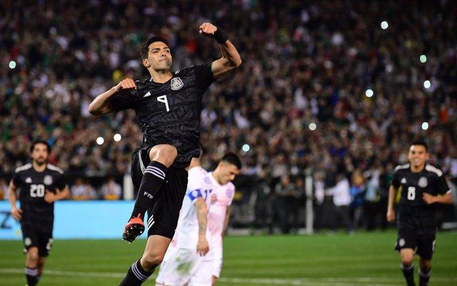 Raúl Jiménez celebra un gol con México en un amistoso contra Chile