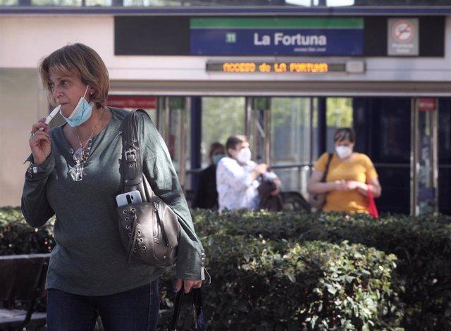 Una mujer fuma con un cigarrillo electrónico junto a la parada de Metro La Fortuna en el barrio La Fortuna de Leganés, en Madrid (España), a 23 de septiembre de 2020. El área de La Fortuna ha registrado 932 casos de coronavirus por cada 100.000 habitantes