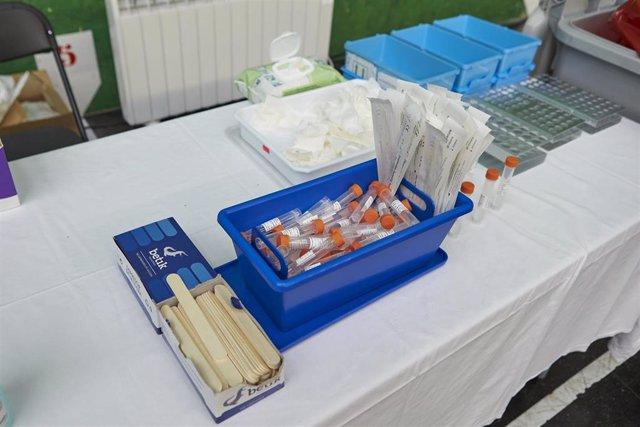 Vista del material necesario para la realización de pruebas PCR en un dispositivo de Osakidetza en Ermua, en Bizkaia.