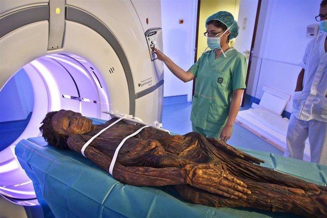 La momia guanche del Barranco de Herques sometiéndose a un TAC en el Hospital Quirón de Madrid