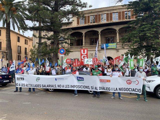 La Mesa Sectorial de Empleados Públicos se manifiesta delante del Consolat de Mar para exigir al Govern que no recorte los sueldos de los funcionarios.