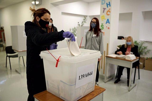Una mujer con mascarilla vota en un colegio electoral de Sarajevo en las elecciones municipales