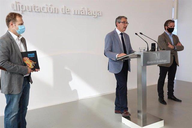 El presidente de la Diputación de Málaga, Francisco Salado, presenta el libro sobre pregones y carteles del Concurso de Verdiales de Benagalbón