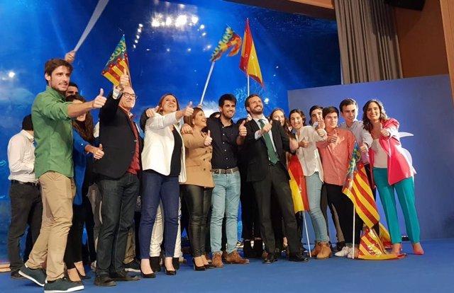El  presidente del PP, Pablo Casado, posa con jóvenes de Nuevas Generaciones.