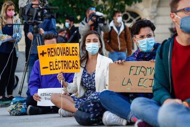 Un grupo de personas participa en la sentada ante el Congreso de los Diputados convocada con motivo del Día Global de Acción por el Clima, en Madrid (España), a 25 de septiembre de 2020. Ha sido el movimiento Juventud por el Clima-Fridays For Future Españ