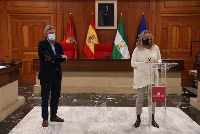 La primera teniente de alcalde del Ayuntamiento de Córdoba, Isabel Albás, y el delegado de Presidencia, Miguel Ángel Torrico.