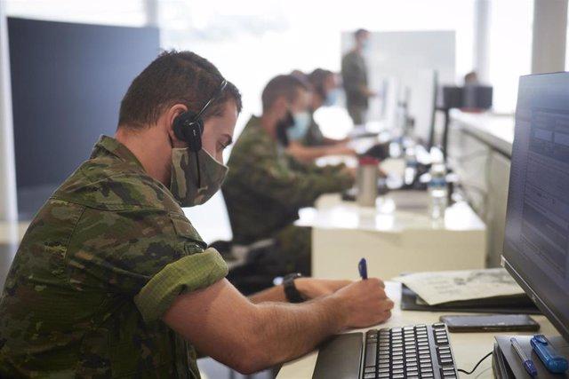 Militares del acuartelamiento de Aizoain realizan labores de rastreo de casos de Covid-19 en el Recinto Ferial de Navarra, en Pamplona.