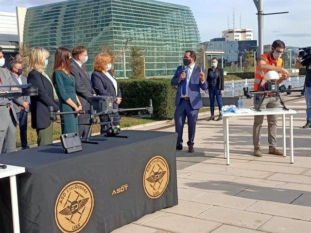El presidente de la Generalitat, Ximo Puig, junto a otros miembros del Consell y la delegada del Gobierno, Gloria Calero, presiden los vuelos experimentales con drones de material sanitario.