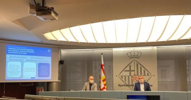 El director general de Barcelona Activa, Fèlix Ortega, i el primer tinent d'alcalde, Jaume Collboni, presenten el projecte Barcelona Accelera en una roda de premsa.
